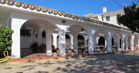 Foto des ökumenisches Zentrum Los Rubios mit Arkaden des Innenhofs in der mediterranen Sonne